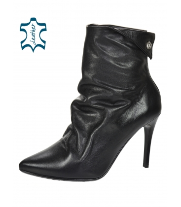 Black pleated ankle boots on the heel 8115